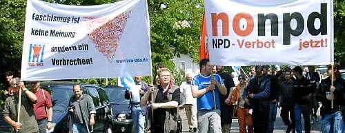 Antifaschistische Demonstranten mit Transparenten: »Faschismus ist keine Meinung sonern ein Verbrechen. VVN« und »nonpd. NPD-Verbot jetzt!«.