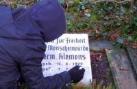 Antifaschistin restauriert Gedenkstein Hermann Klemens