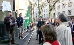 Menschen vor der Marienkirche. Die Gedenktafel wird eingeweiht. Jürgen Schuh spricht.