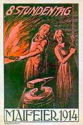 Schmied am Feuer, lehnt sich zur Frau zurück. Im Vordergrund Amboss. Überschrift: 8 STUNDENTAG. Unterschrift: MAIFEIER 1914.